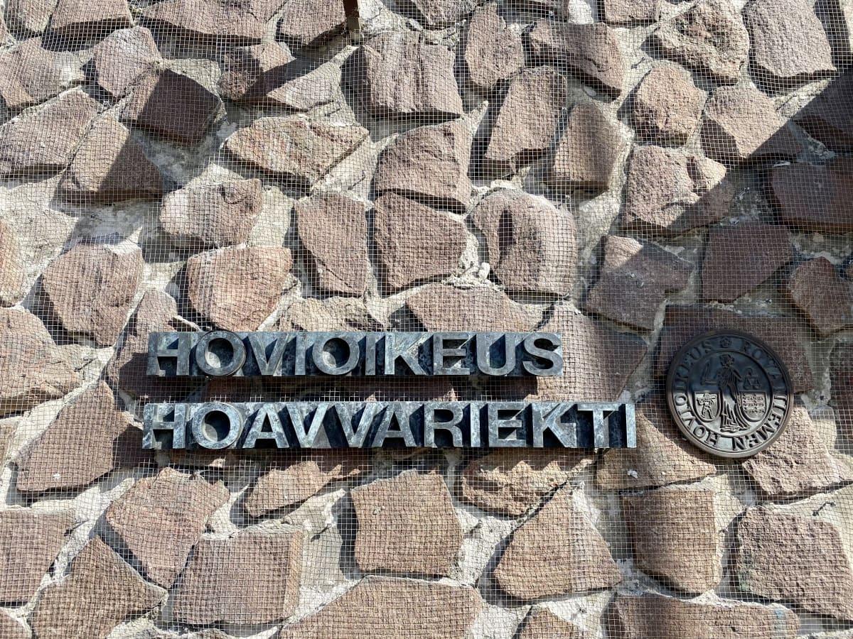 Rovaniemen hovioikeuden sisäänkäynti, seinässä liuskekiviä ja taottu teksti Hovioikeus Hoavvariekti