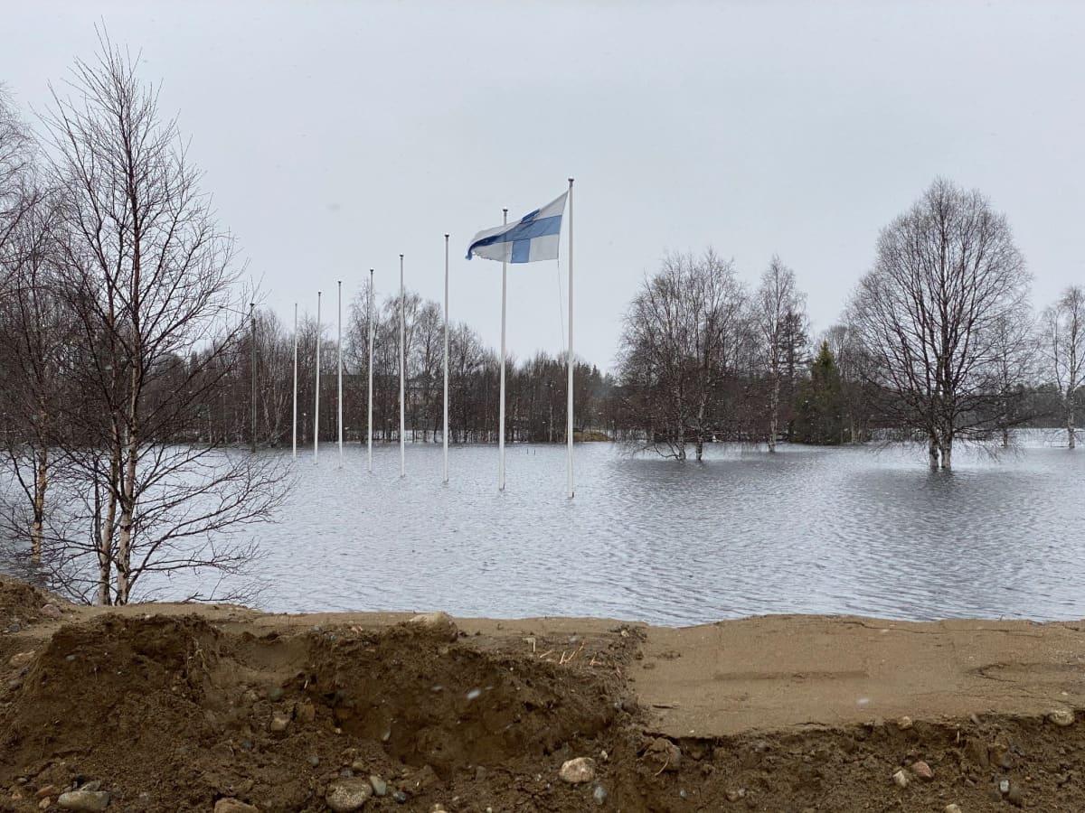 Lipputangot seisovat Ounasjoen tulvaveden keskellä Kittilässä