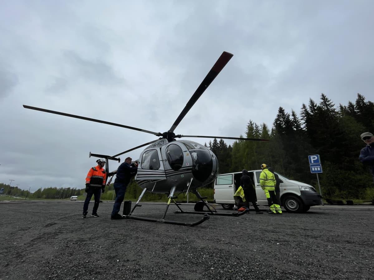 Helikopteri on laskeutunut parkkipaikalle
