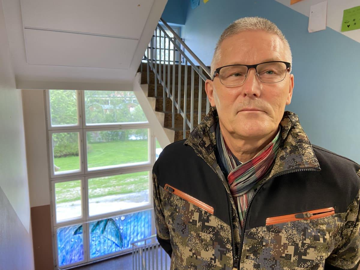 Härmän lukion rehtori Jari Salminen seisoo kameran edessä.