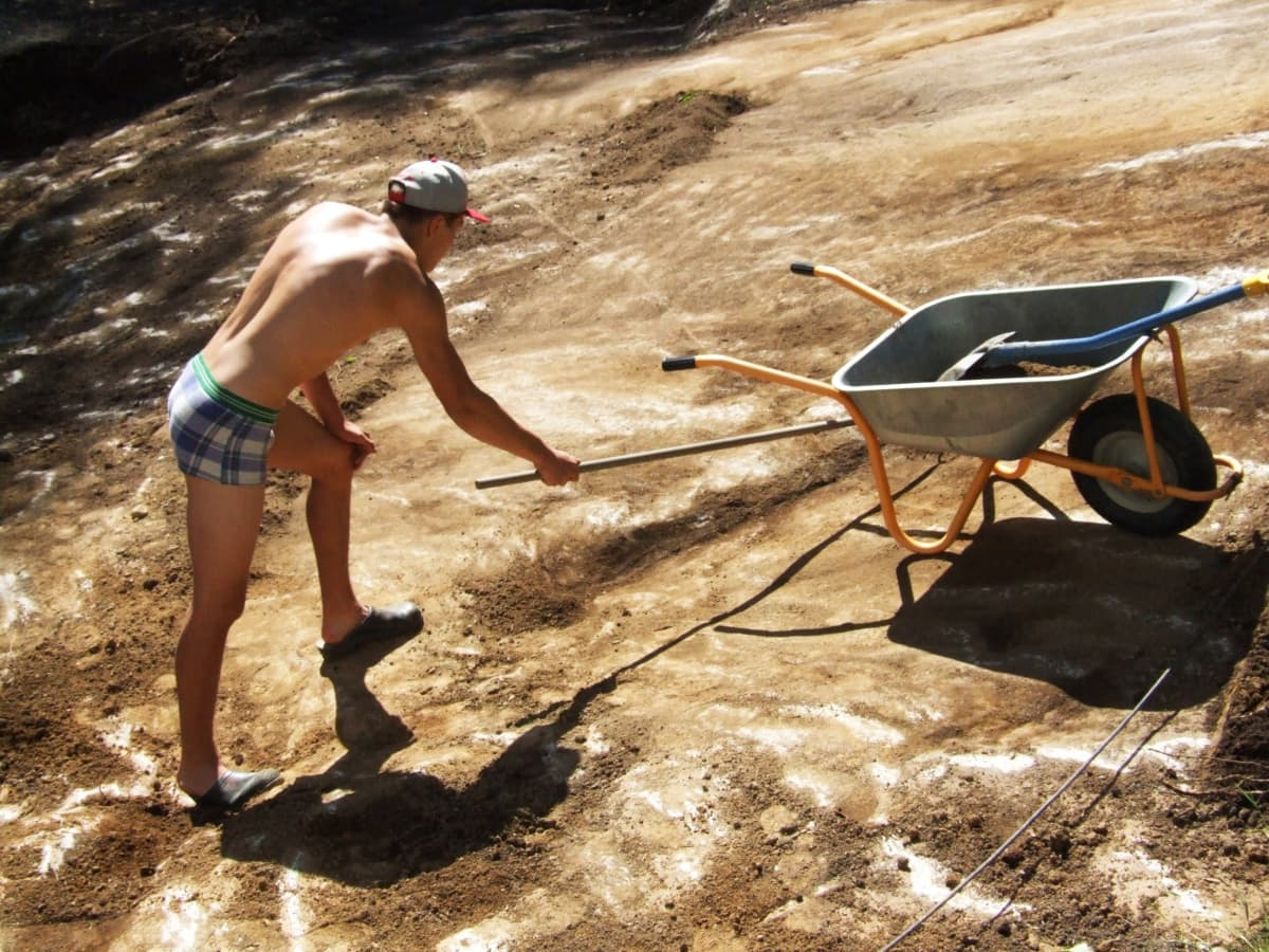 Arvi Savolainen tekee puutarhatöitä.