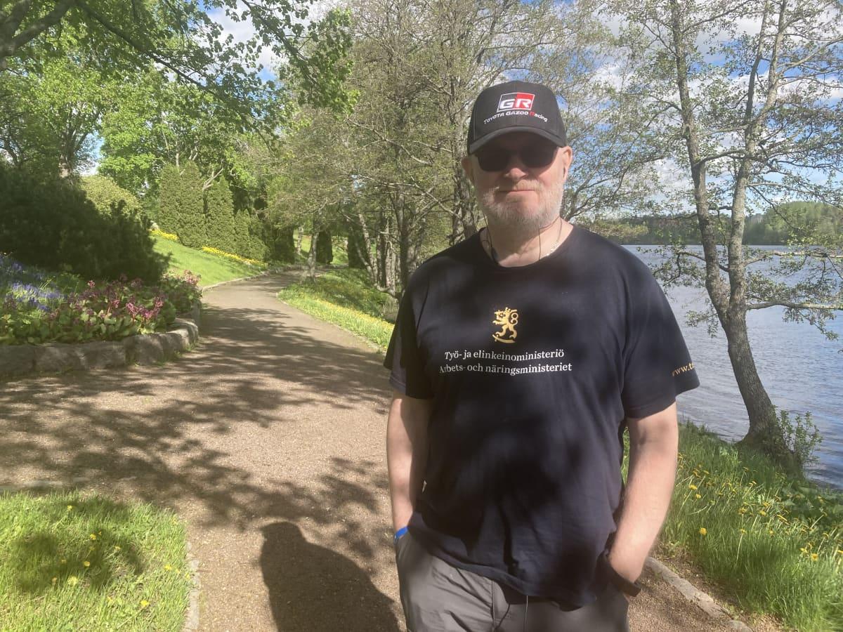 Jari Lindström seisoo joen rannalla ja katsoo kameraan.