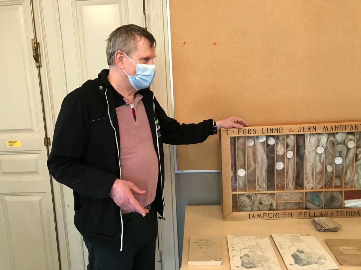Jouko Lindroos esittelee esineitä