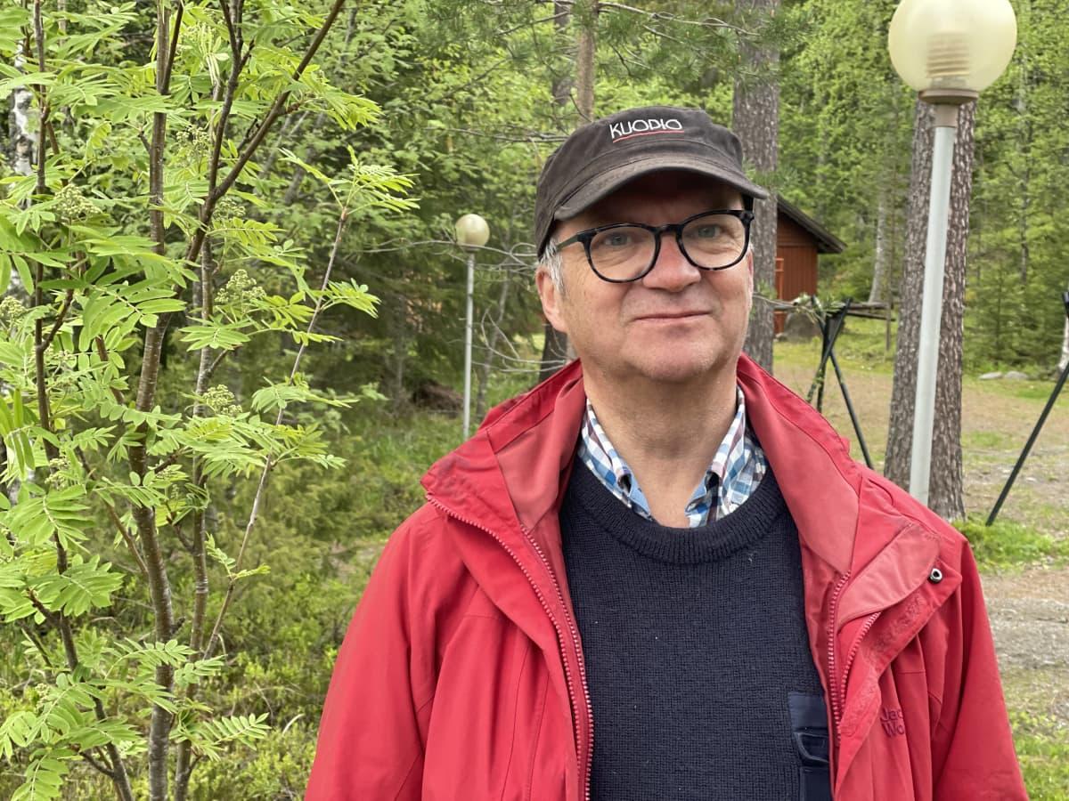 Seppo Jauhiainen seisoo Metsolan tukikohdan pihamaalla.