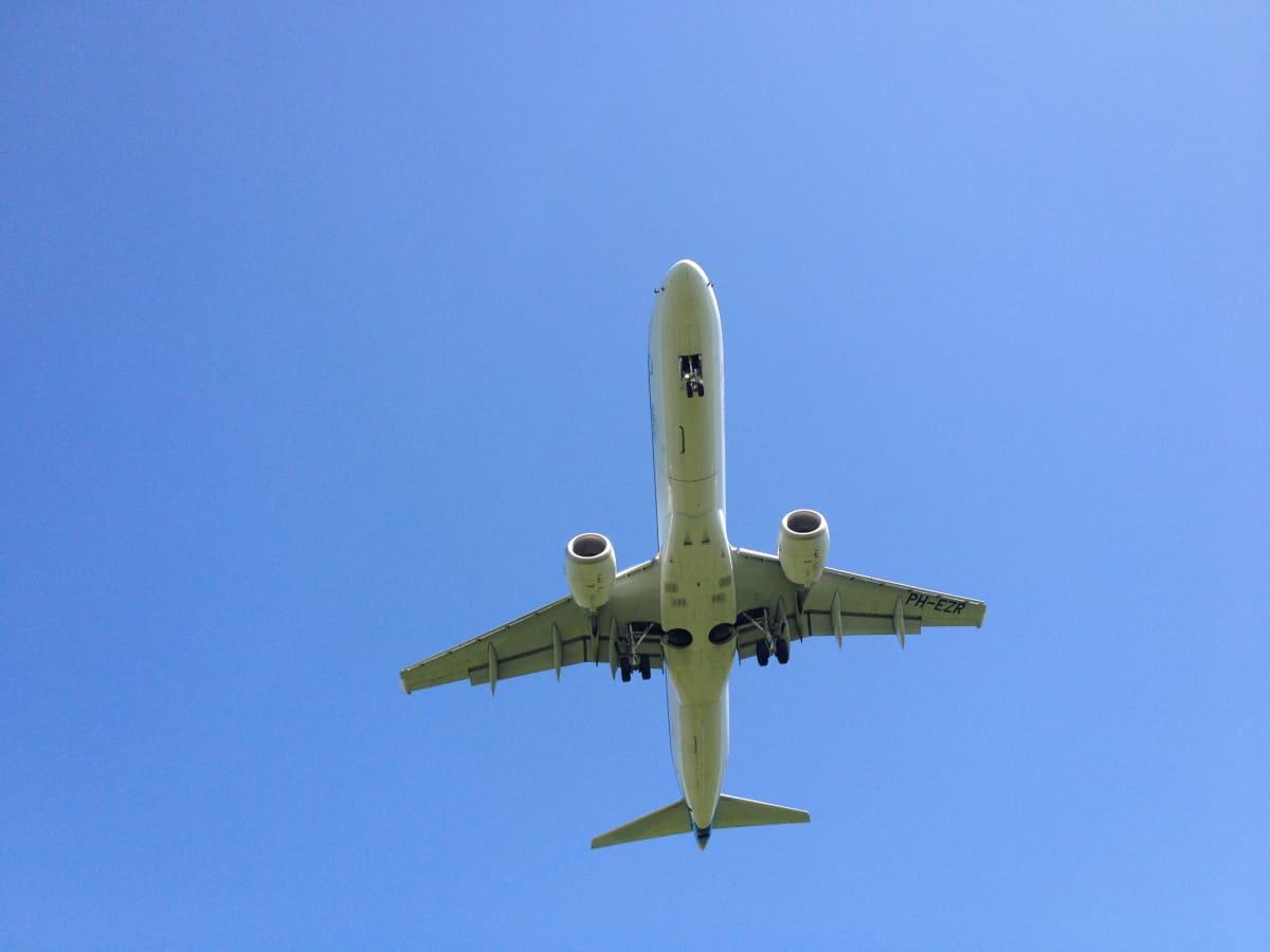 Lentokone alta päin kuvattuna.