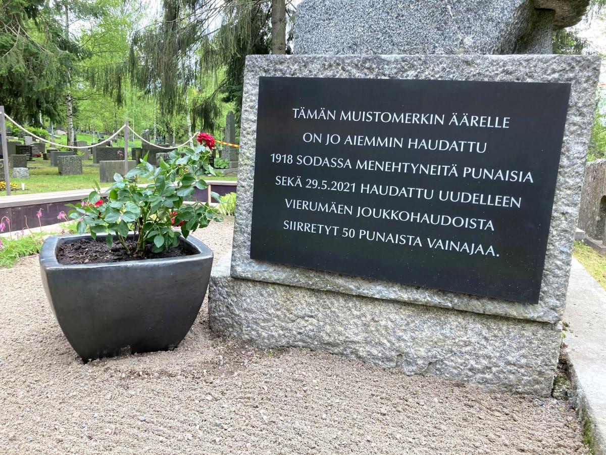 Muistomerkin kivijalka, jossa muistoteksti 1918 sodassa kuolleille punaisille.