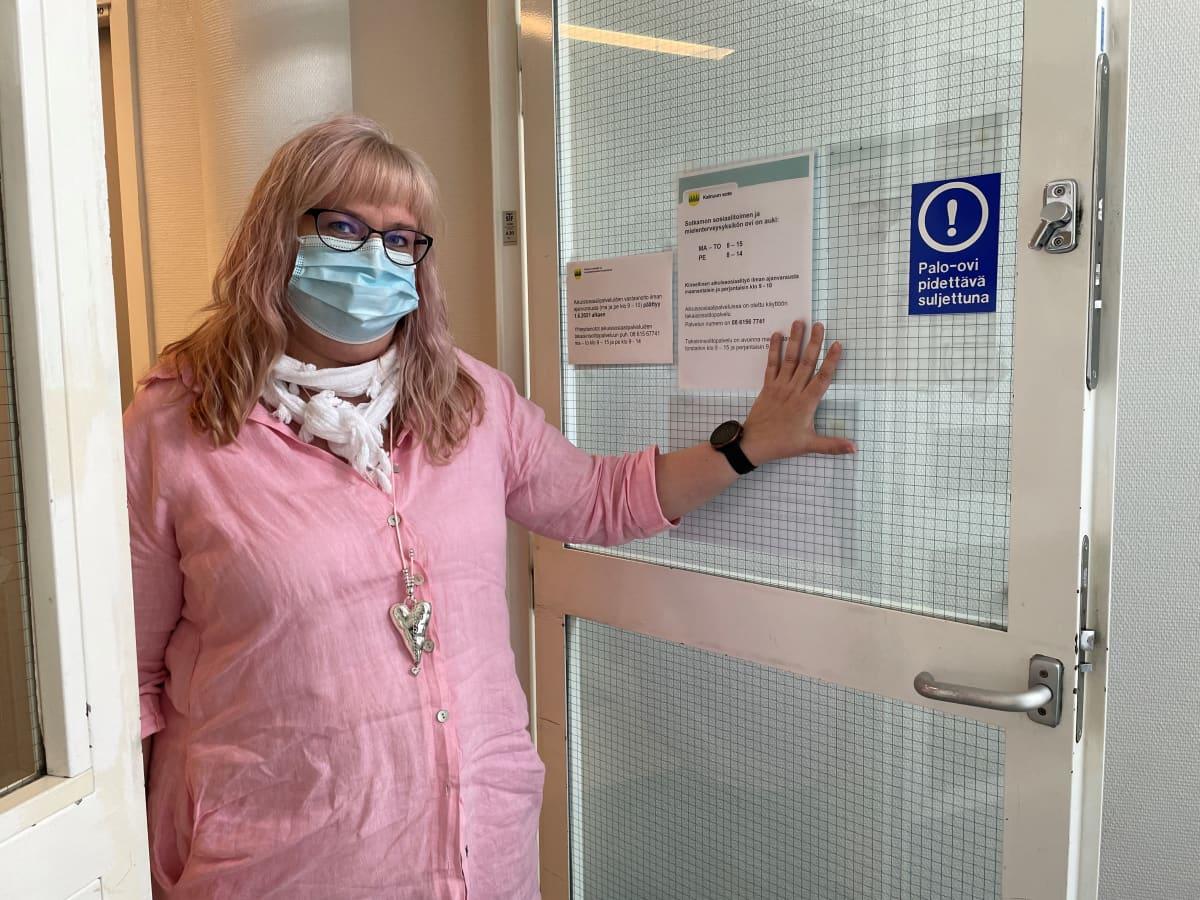 Päihdetyöntekijä ja pari- ja perheterapeutti Susanna Kinnula avaa terveysaseman oven.