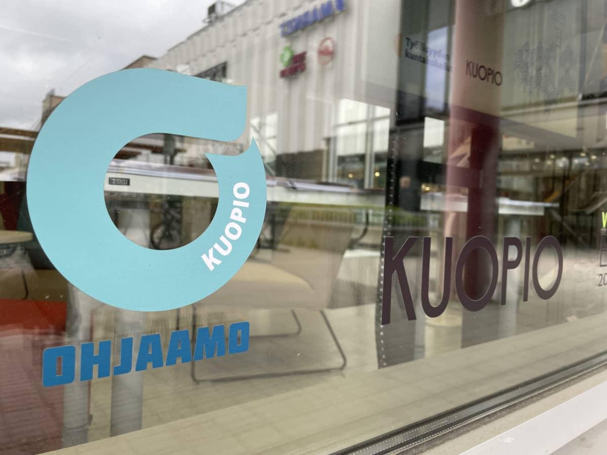 Ohjaamon logo ikkunassa