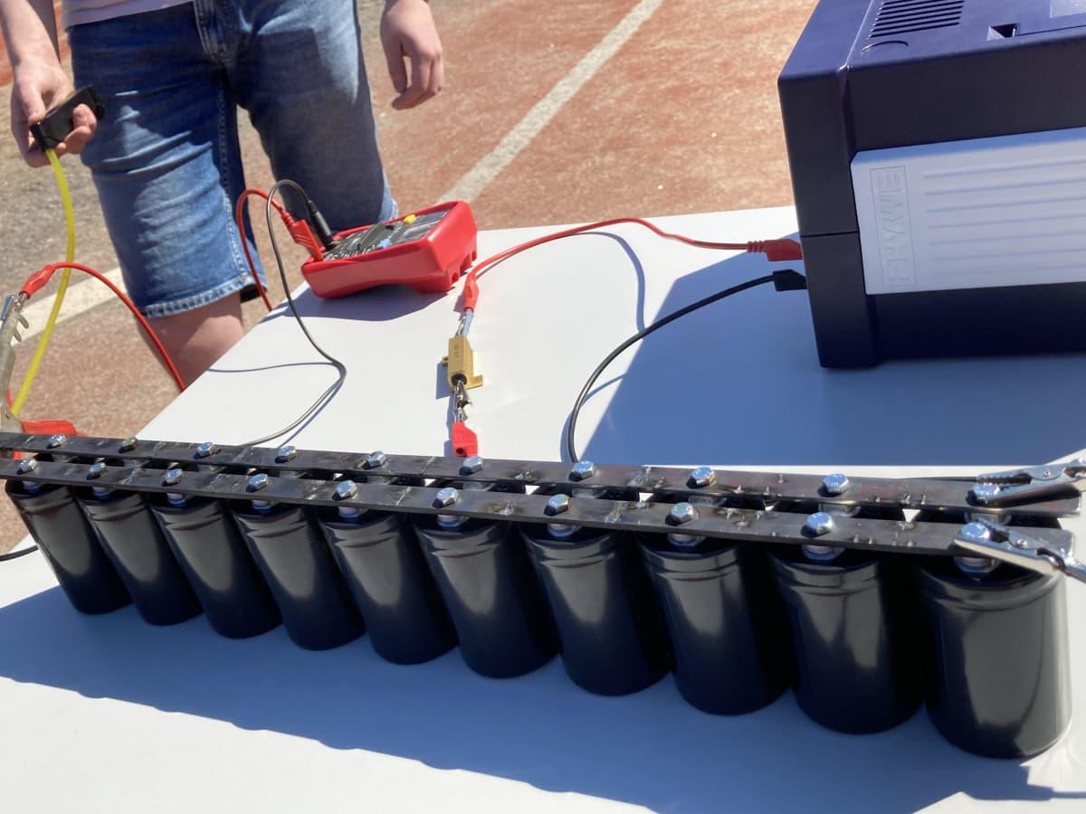 Rauman lyseon lukion opiskelijoiden tekemä elektromagneettinen kiihdytin.