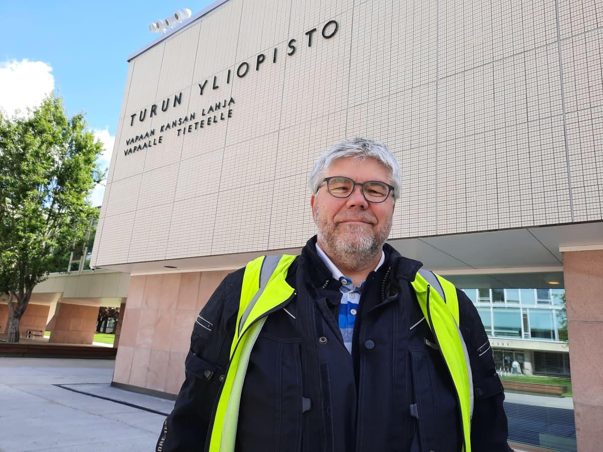 Professoriliiton pj Jukka Heikkilä Turun yliopiston kampuksella