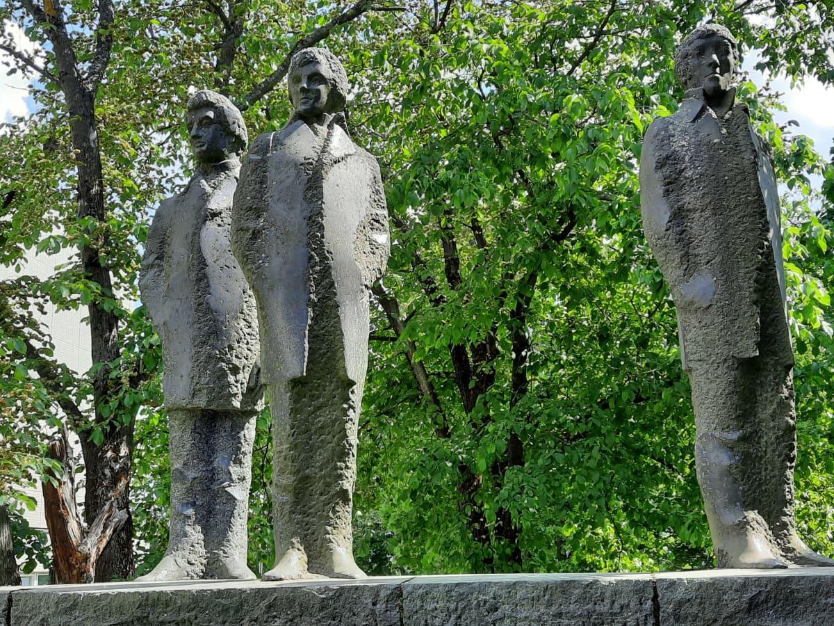 Runeberg, Lönnrot, Snellman on Harry Kivijärven suunnittelema muistomerkki. Se sijaitsee Turun yliopiston päärakennuksen edustalla. Muistomerkki kuvaa kolmea kansallista suurmiestä, jotka opiskelivat Turun akatemiassa 1820-luvulla.