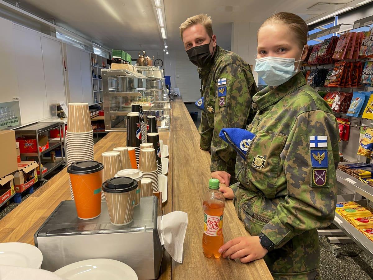 Varusmiehet Meea Borg ja Eetu Simola sotilaskodin tiskillä