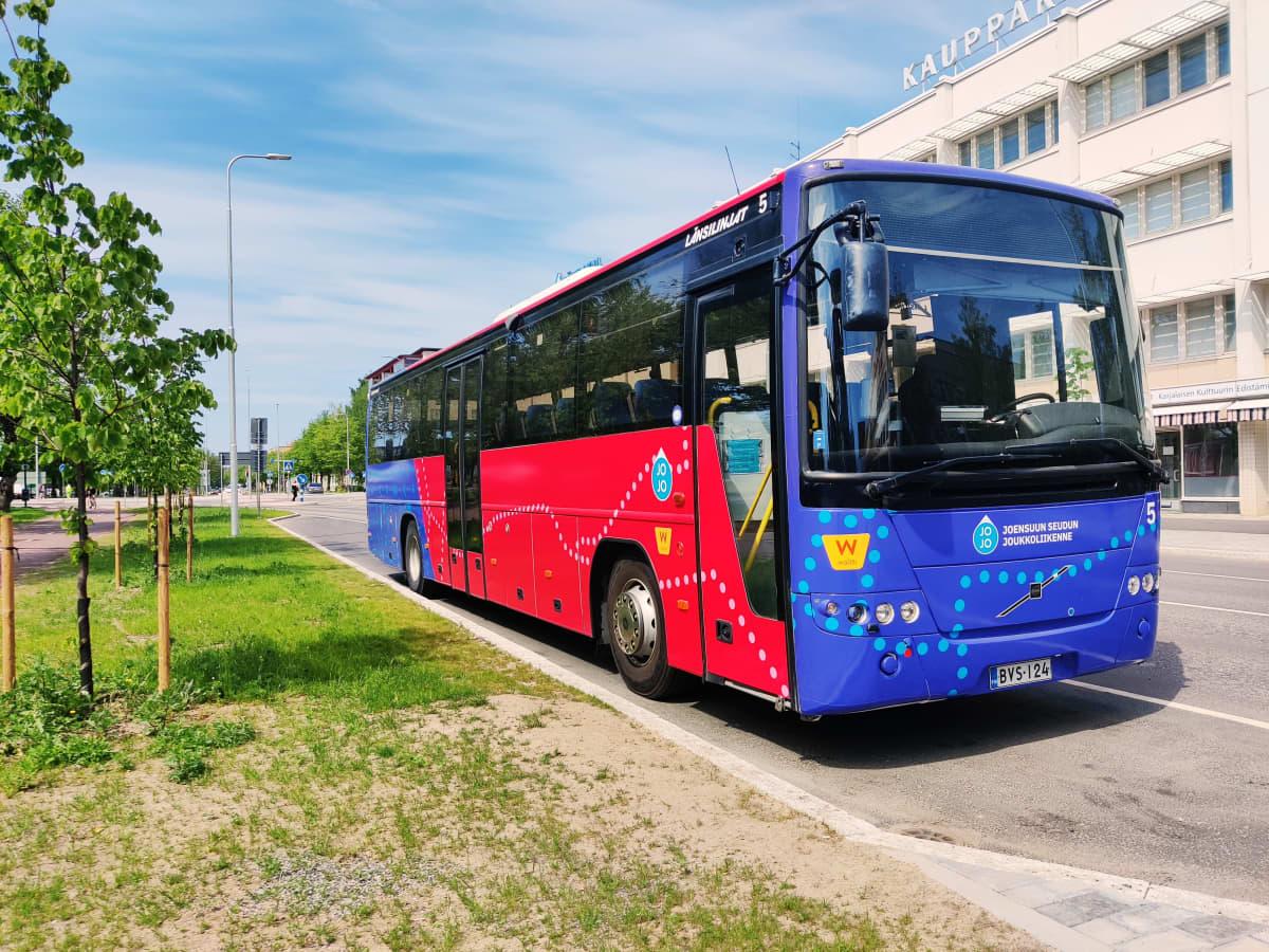 Joensuun paikallisliikenteen linja-auto pysähdyksissä tien varressa kaupungilla.