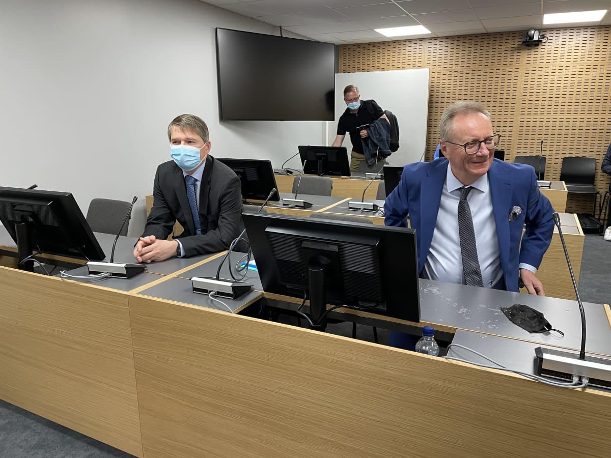 Mikko Punnala ja hänen asianajajansa Keski-Suomen käräjäoikeudessa.