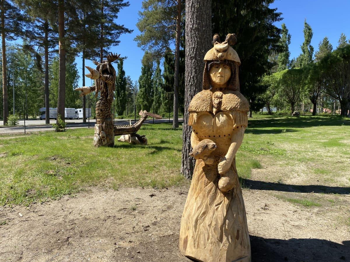 Kalevala-aiheisia puuveistoksia Taidekeskus Retretin kulttuuripuistossa.