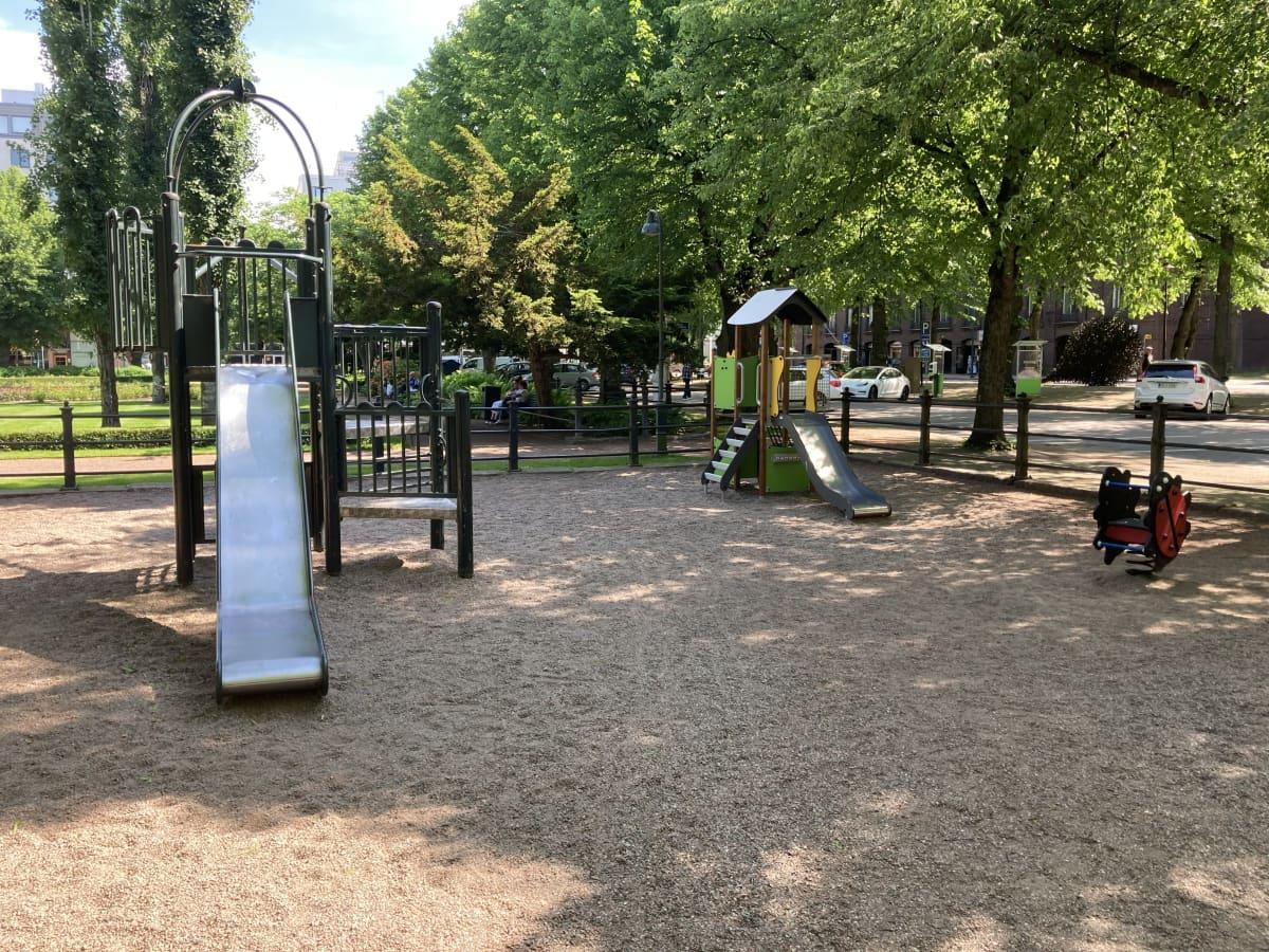 Liukumäkiä Kotkan Sibeliuksenpuistossa