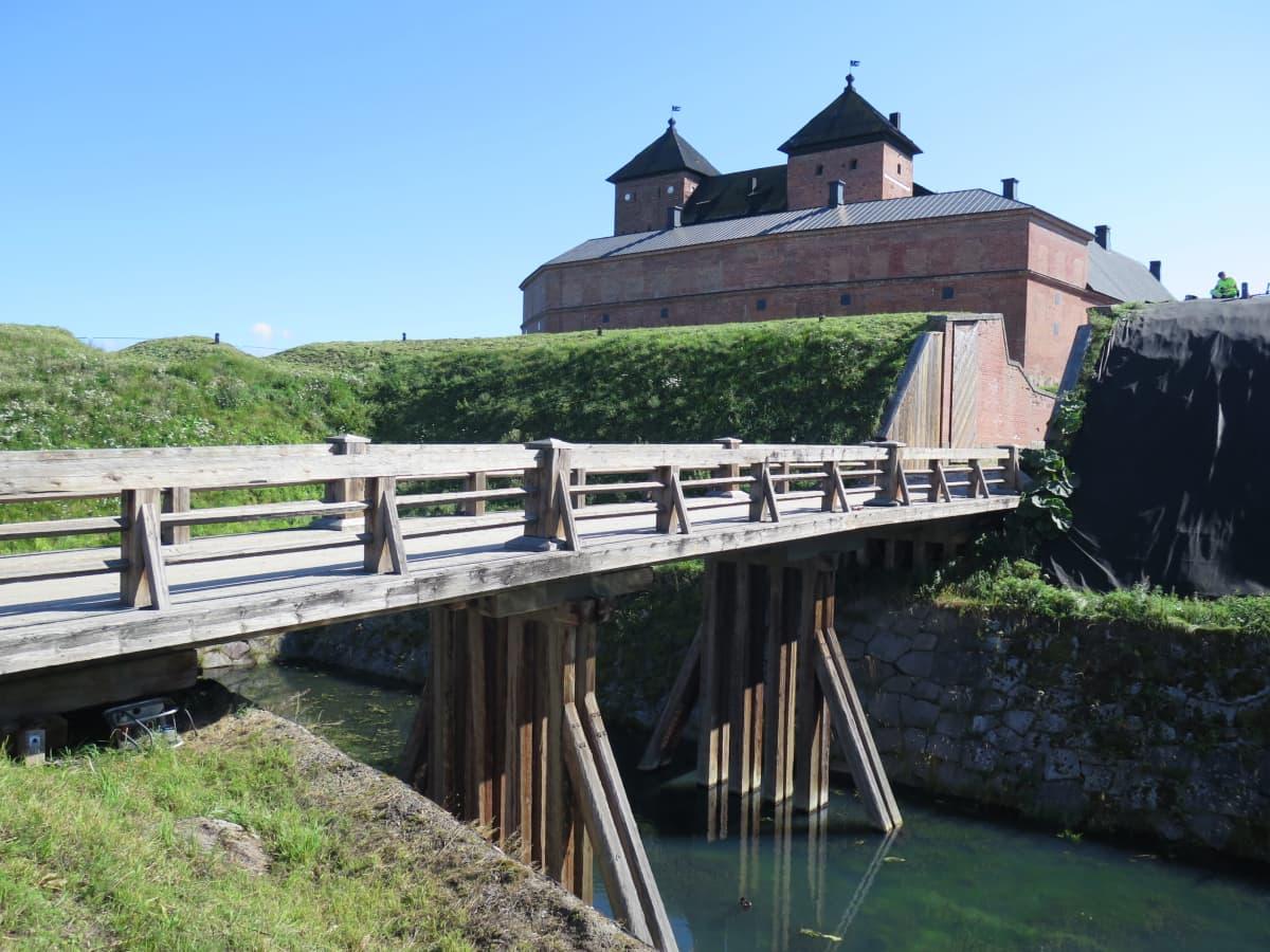 Kivilinnan puinen silta yli vallihaudan.