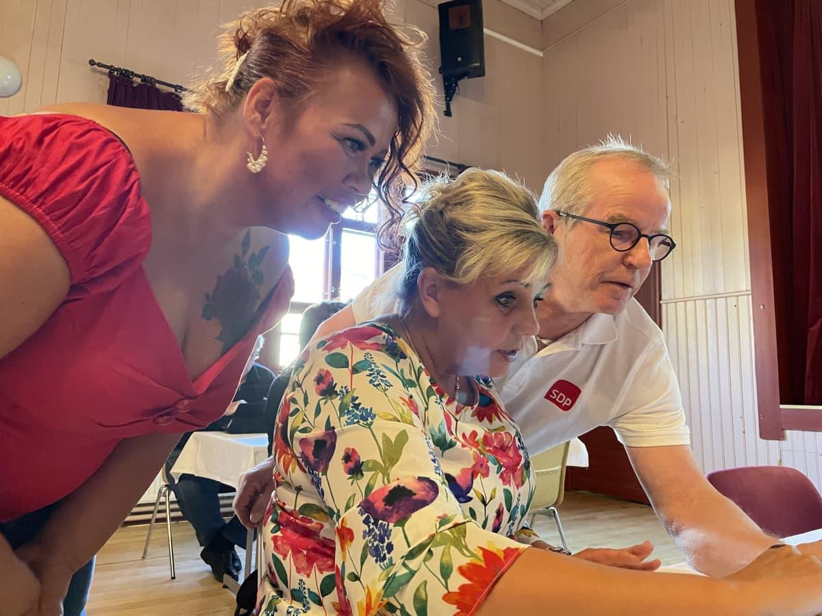 Kati Åhman jännittää tuloksia Sanna Kauppisen ja Jouni Toppisen kanssa.