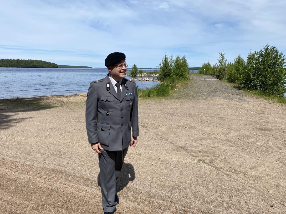 Juha Koivumäki sotilaspapin asussaan
