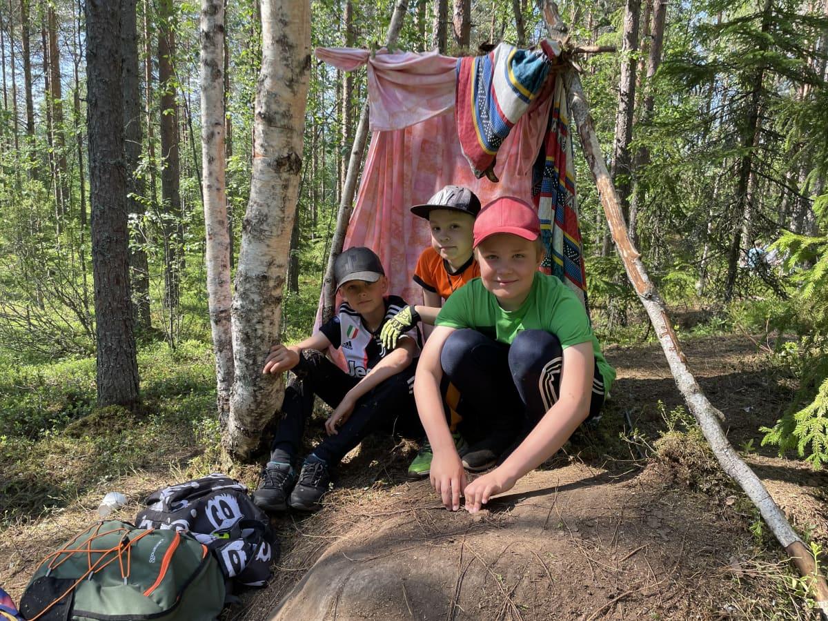 Alakoululaiset Mauri Penttinen, Lenni Pirkkalainen Otso Berggren rakentamansa majan edustalla Lamminrahkan metsässä Kangasalla.