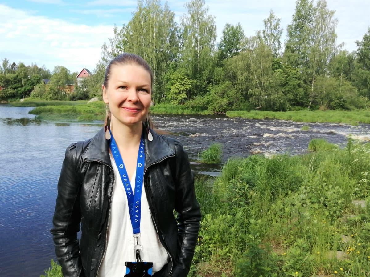 Vaasan kaupungin aluepalvelupäällikkö Suvi Aho poseeraa Kyröjoen edessä Vähässäkyrössä.