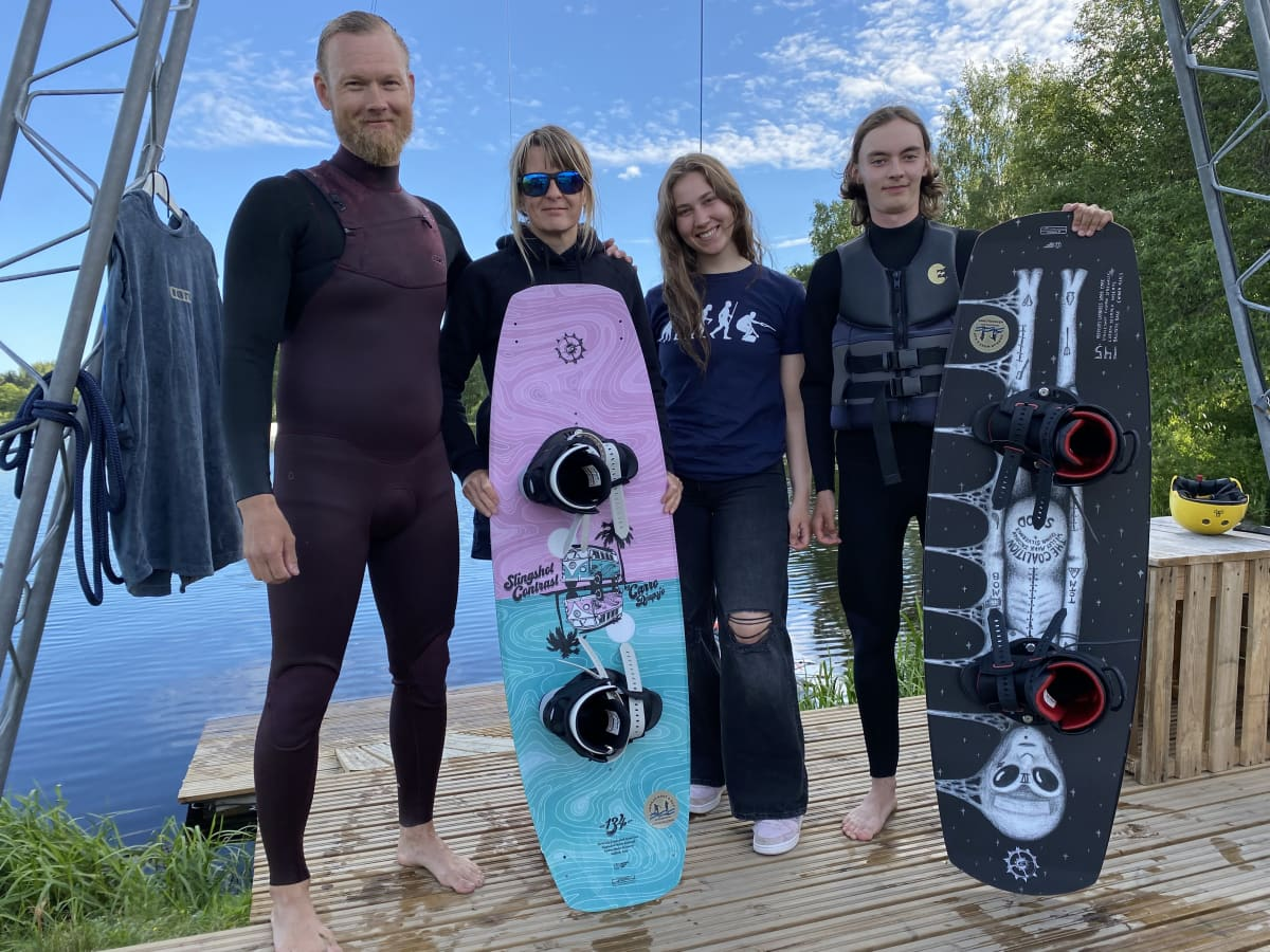 Teemu Mikkola (vas.), Anu Jaakkola, Fanni Huotari ja Eero Kisonen wake board- lautojen kanssa.