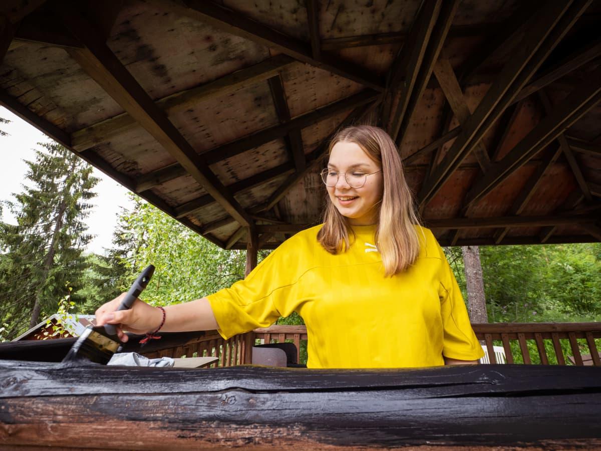 Porilainen Wiivi Wallenius hakee opiskelemaan Tampereelle. Hän haluaa näyttelijäksi. Nyt hän maalaa vanhempiensa grillikatoksen kaidetta.