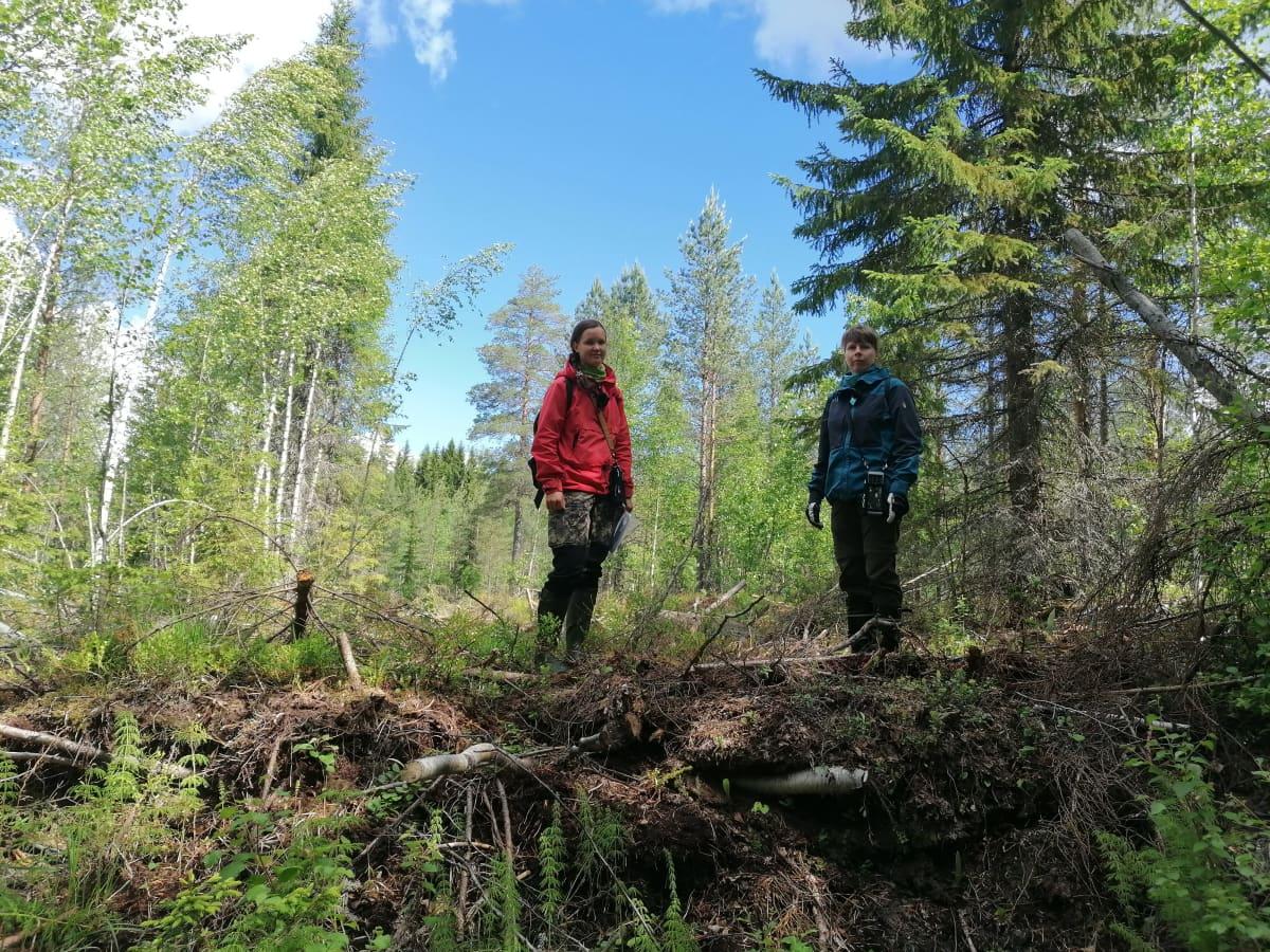 Miia Kokkonen ja Maariti Similä maapadon päällä.