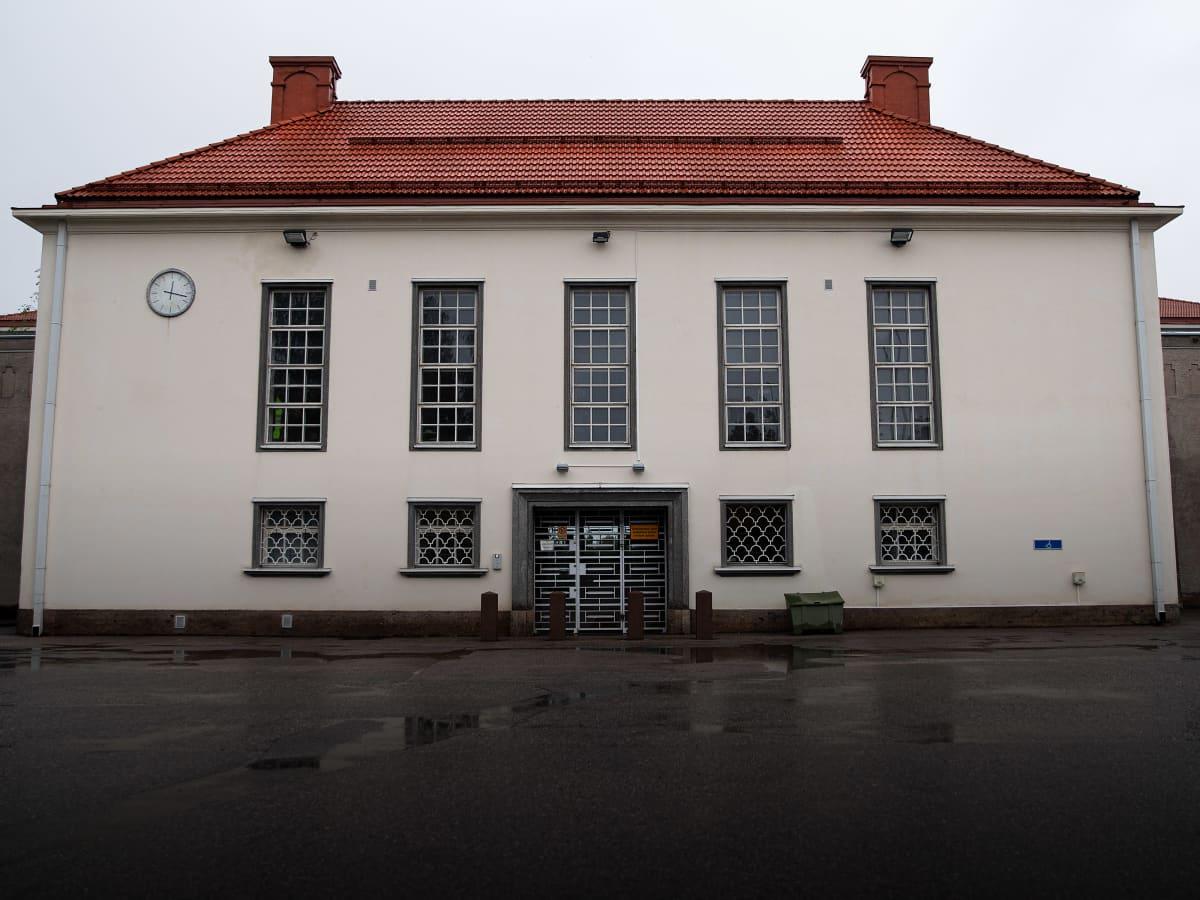 Riihimäen vankilan rakennus ulkoa kuvattuna.