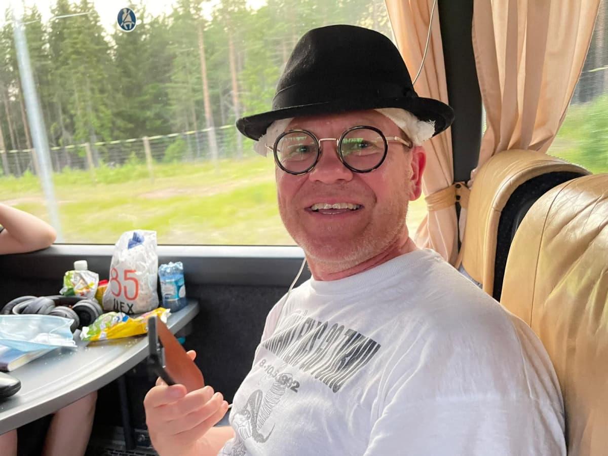 Mies istuu bussissa