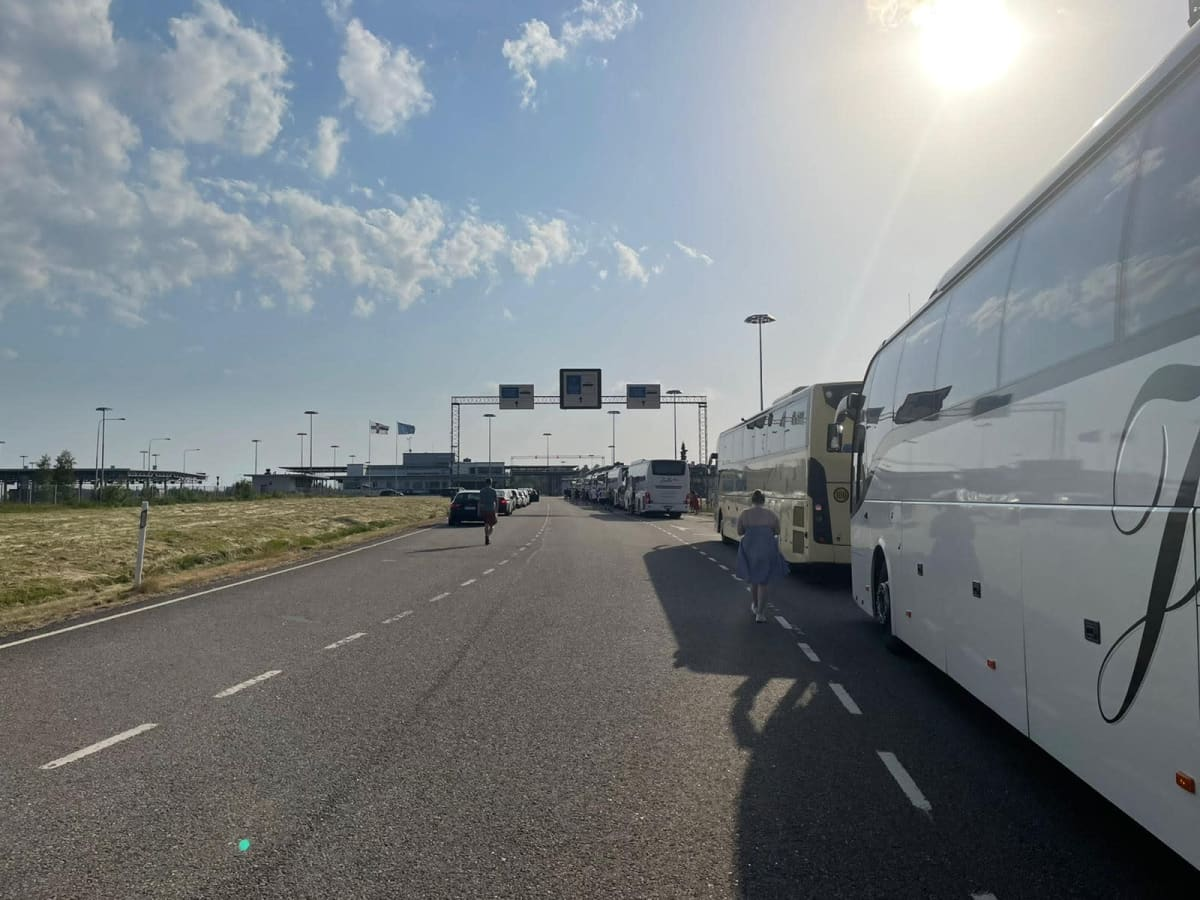 Bussar står i lång kö vid finsk-ryska gränsövergångsstället i Vaalimaa.