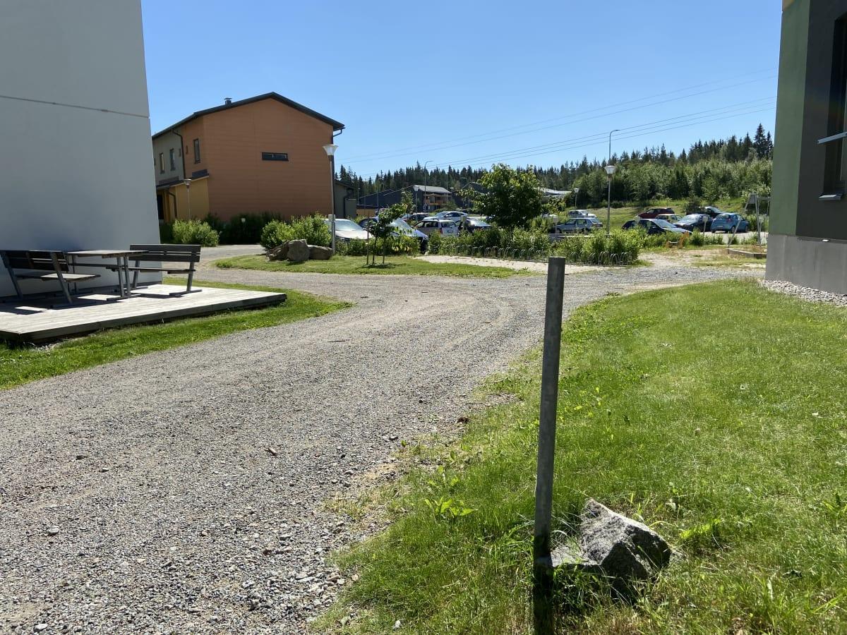 Asunto-osakeyhtiön pihalla törröttää pystyssä metallitanko, josta on poistettu roskis