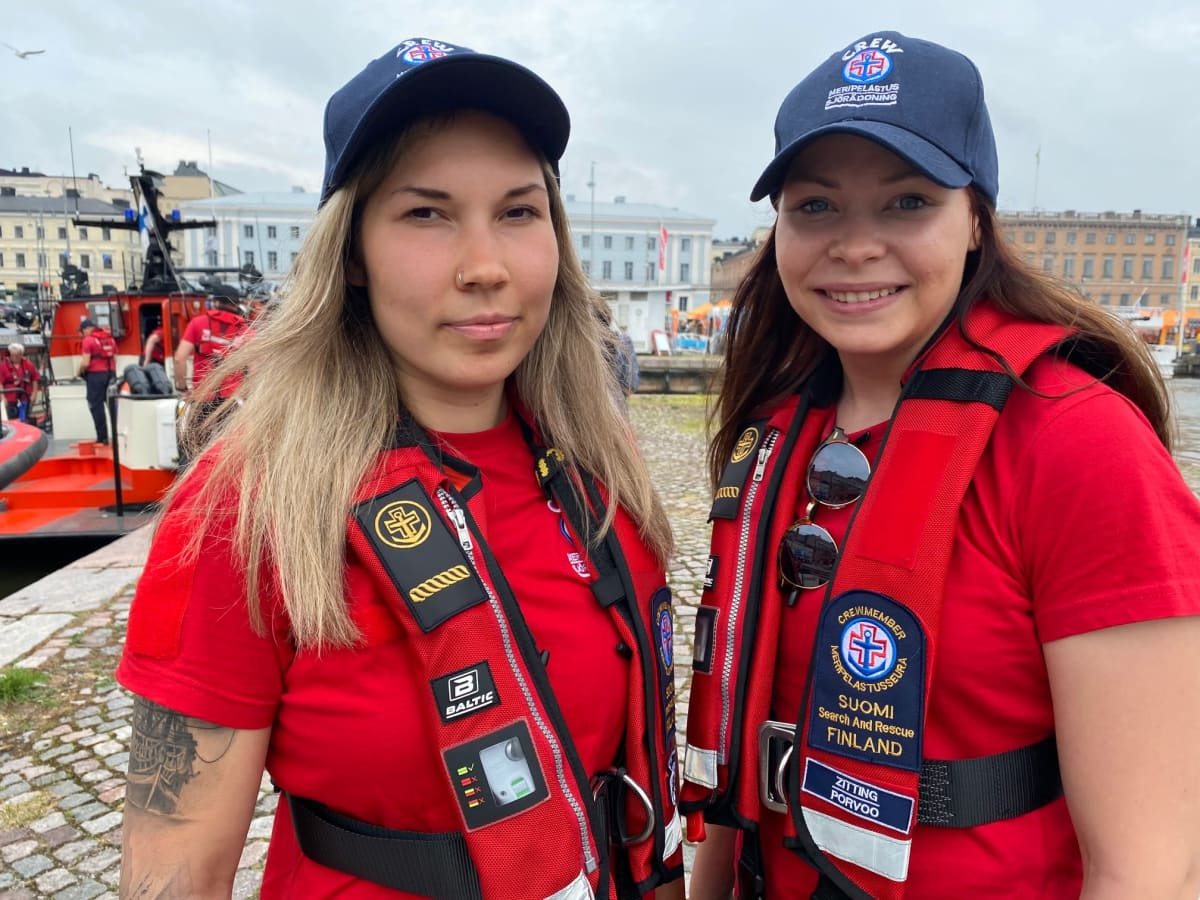 Porvoon meripelastajien vapaaehtoiset Sanni Lyyra ja Minna Zitting