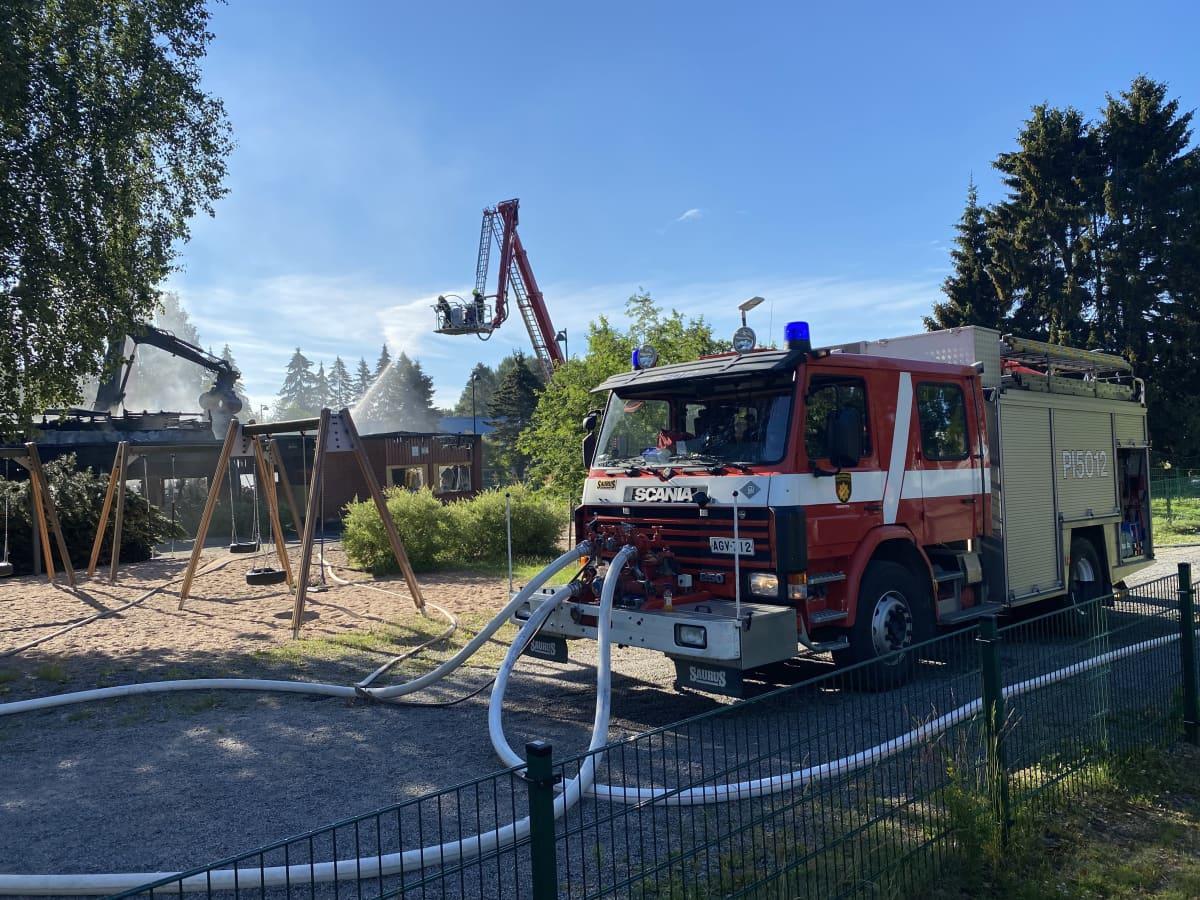 Palomiehet sammuttavat Pikkolan päiväkodin tulipaloa.