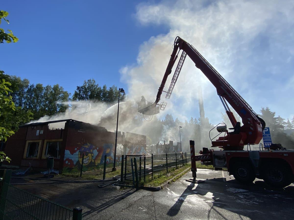 Sammutus- ja rajoitustöihin osallistui palon kiihkeimmässä vaiheessa noin 20 pelastuslaitoksen yksikköä ja 60 sammuttajaa.