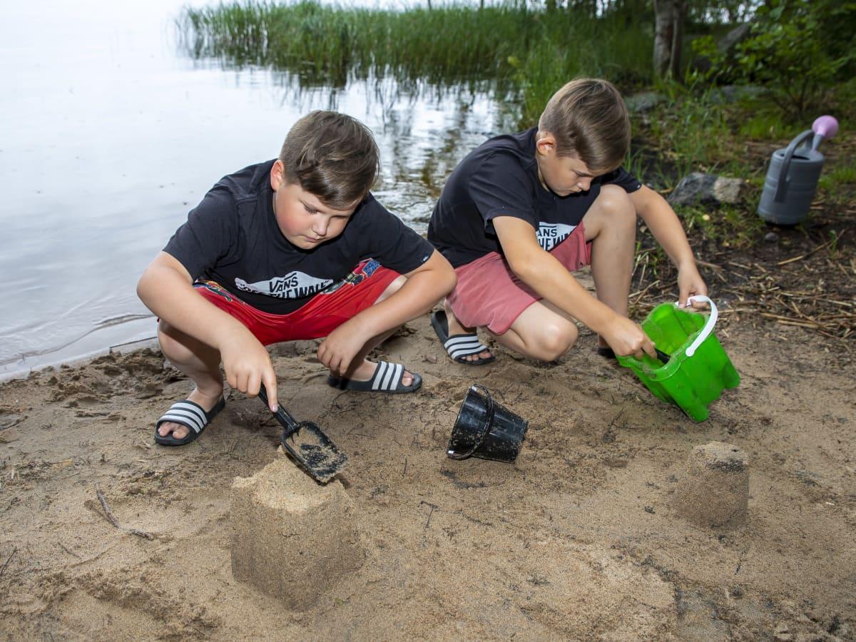 Romeo (vas.) ja Hugo Kokki valmistautuvat hiekkakakkujen SM-kisaan Korpilahdella.