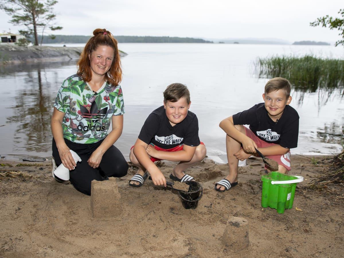 Marjaana, Romeo ja Hugo Kokki Korpilahden Kiviönniemessä harjoittelemassa hiekkakkakkujen SM-kisoja varten.