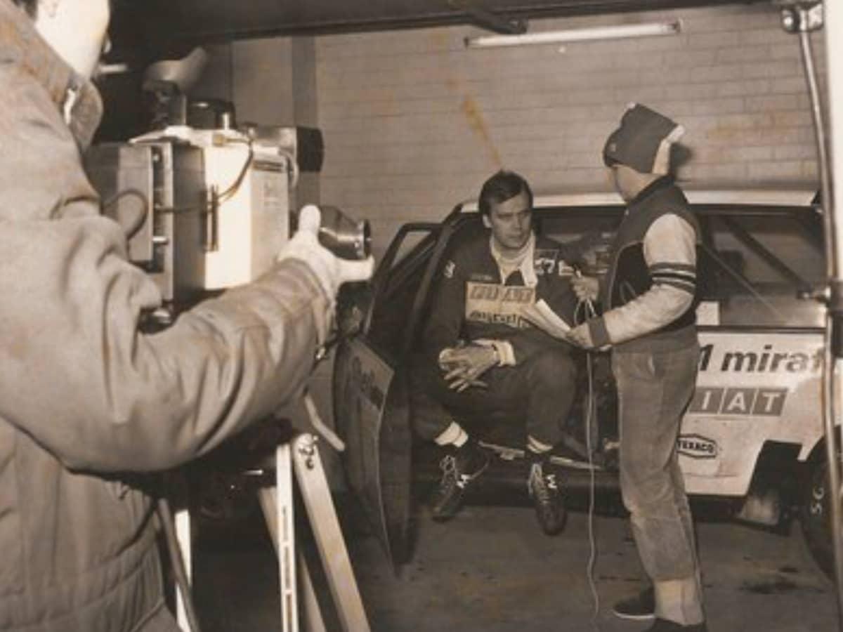 Timo Pulkkinen haastattelemassa Markku Alénia ennen Hankirallin starttaamista 1970-luvun lopulla.