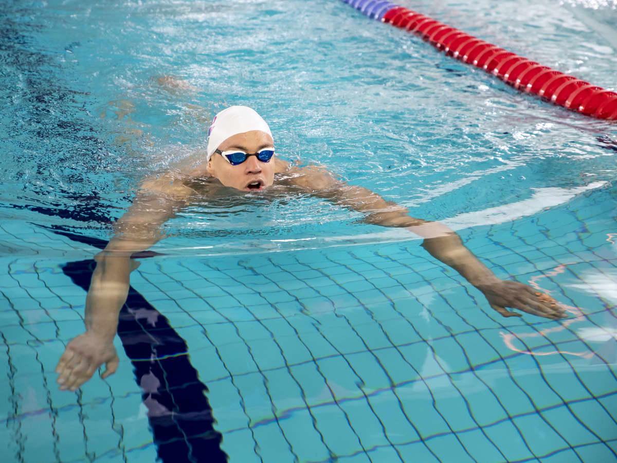 Ari-Pekka Liukkonen ui Jyväskylän uimahallissa.