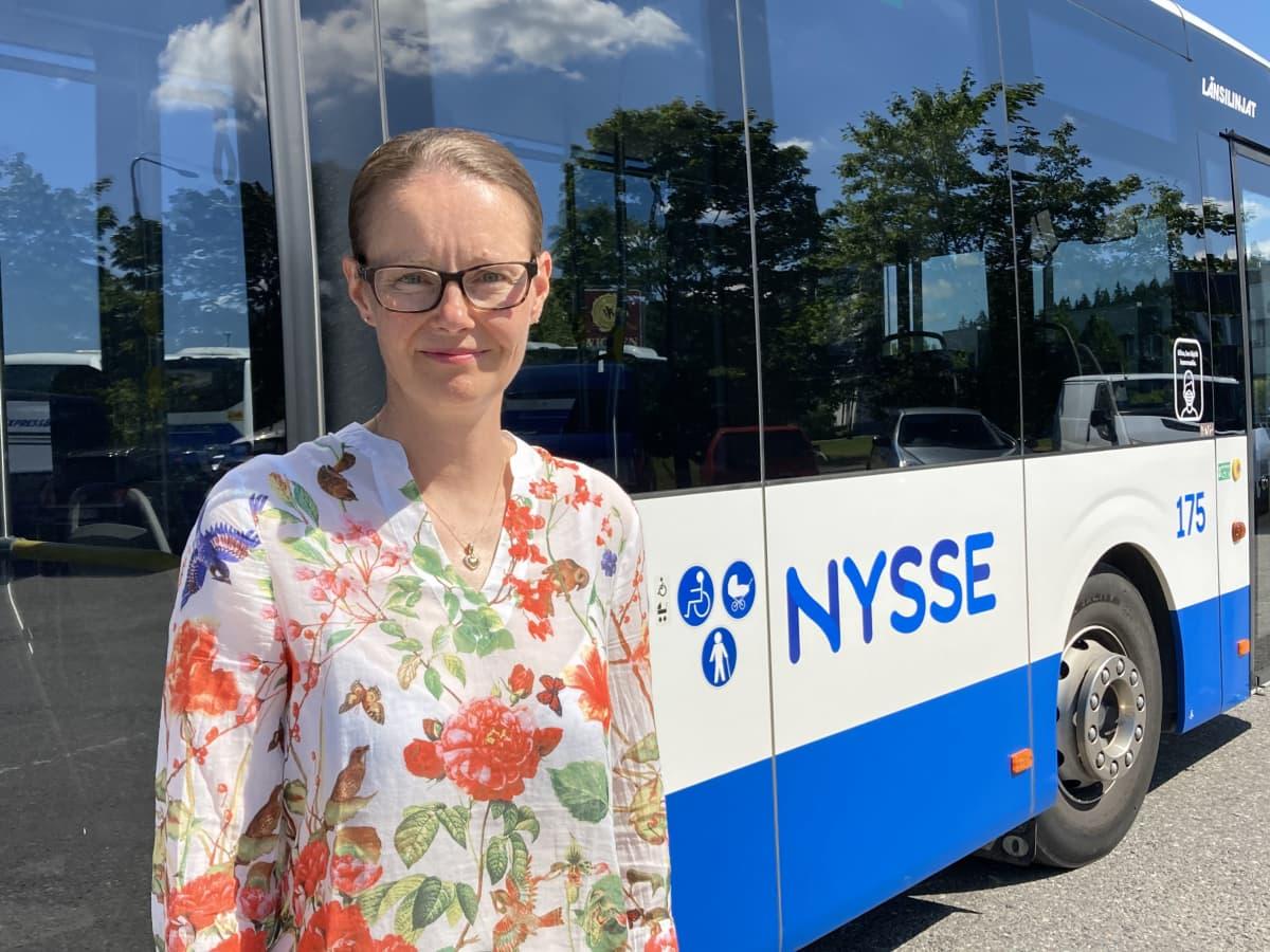 Länsilinjojen toimitusjohtaja Terhi Penttilä bussin edessä