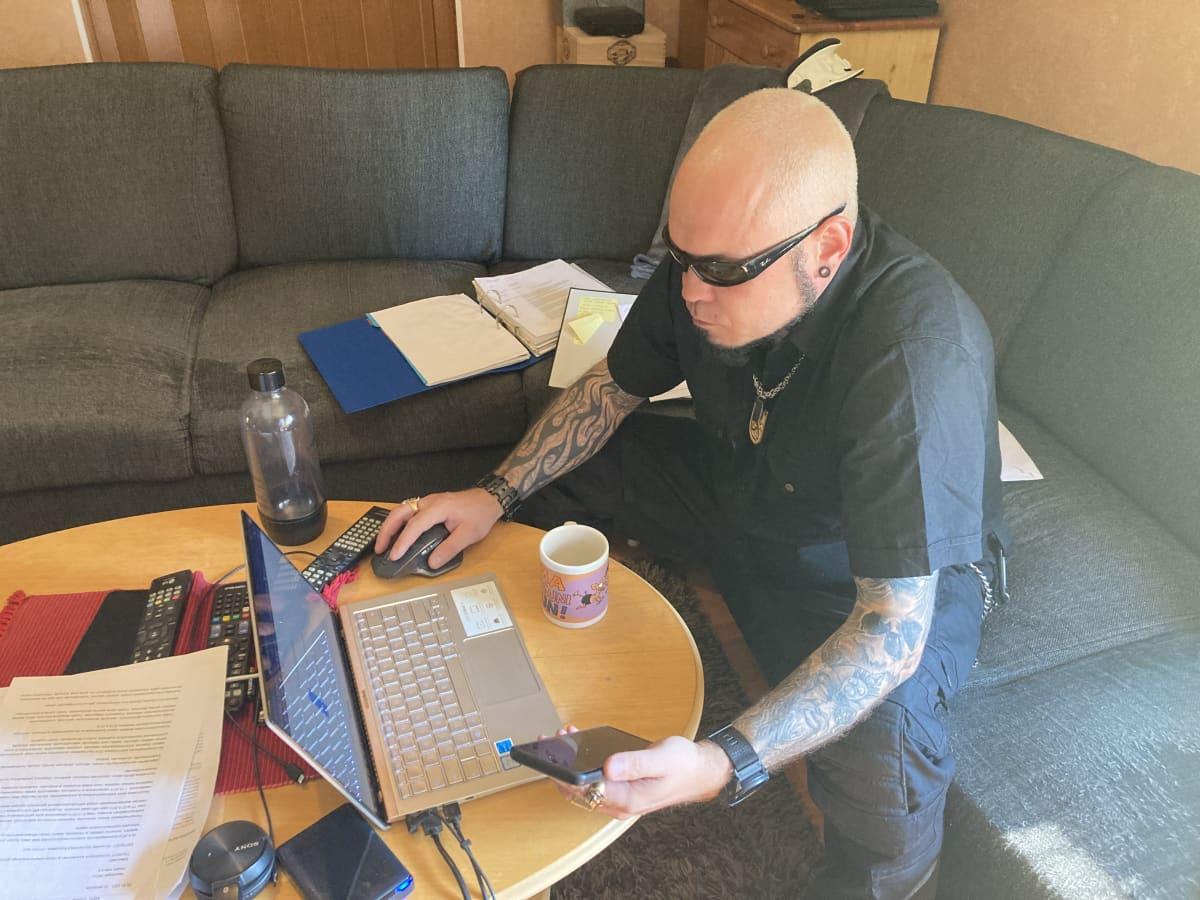 Sami Vainikka tietokoneen ääressä.
