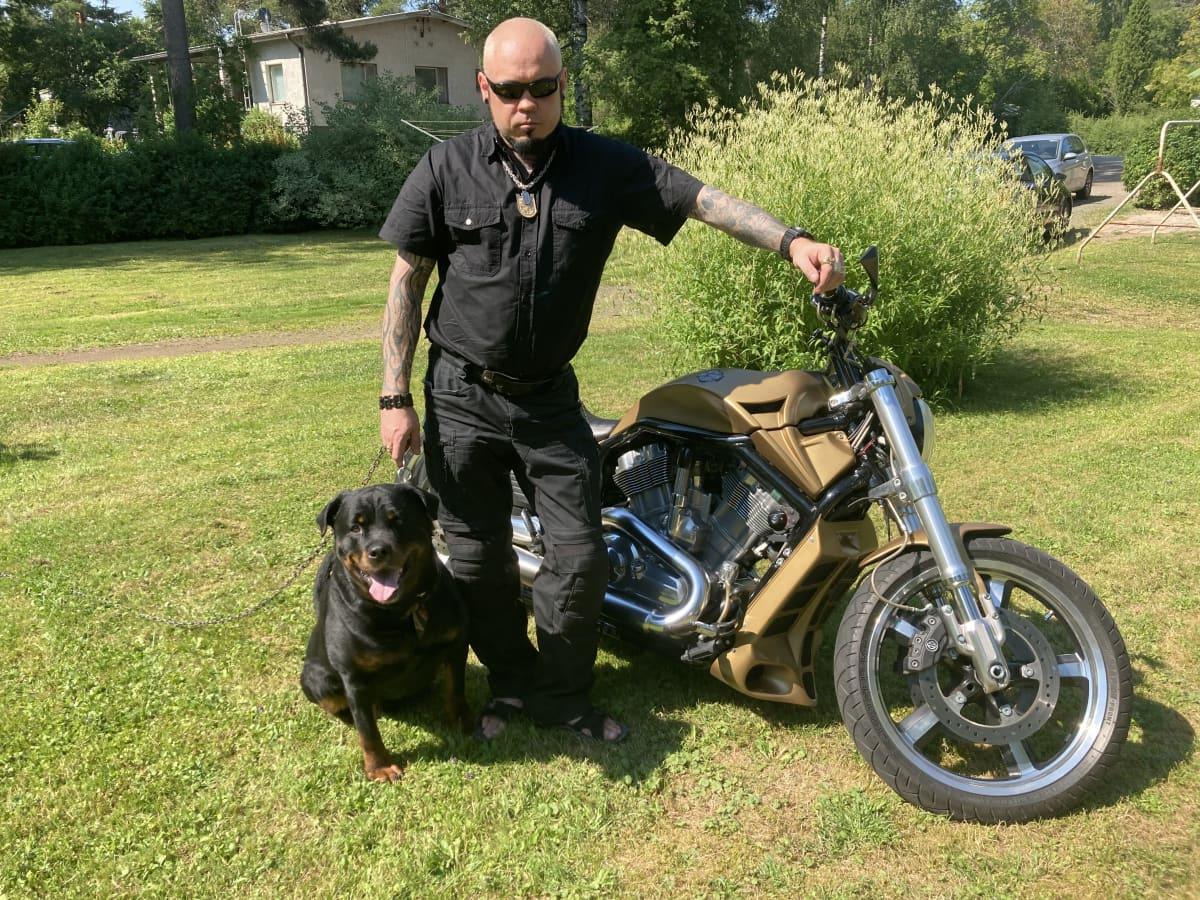 Sami Vainikka, hänen koiransa Edi ja moottoripyörä.