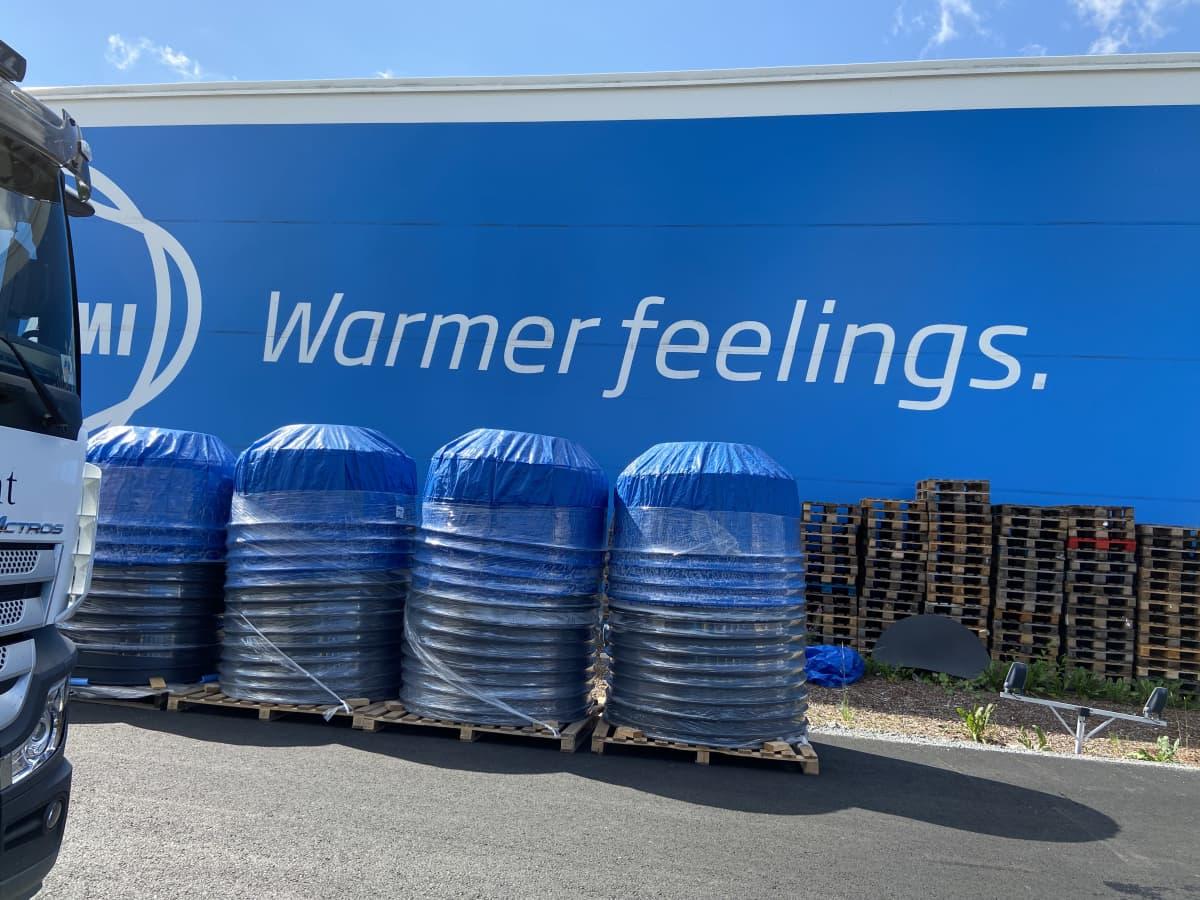 """Kirami Oy:n tuotantolaitoksen seinän mainos lause """"Warmer Feelings"""" lukee isolla kirjaimilla seinässä"""