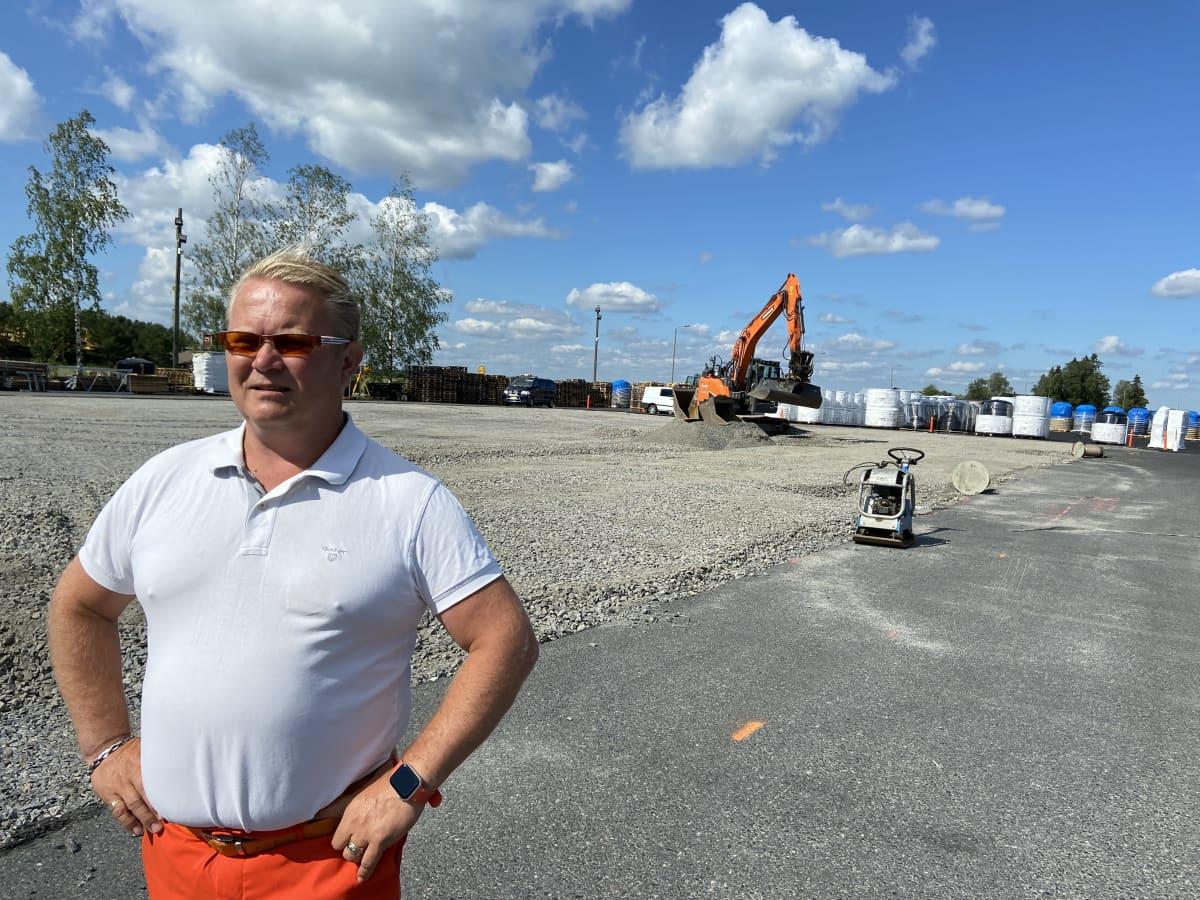 Paljun valmistajayrityksen, Kirami Oy:n toimitusjohtaja Mika Rantanen seisoon työmaan edessä. Yhtiölle on rakenteilal uusi varastorakennus