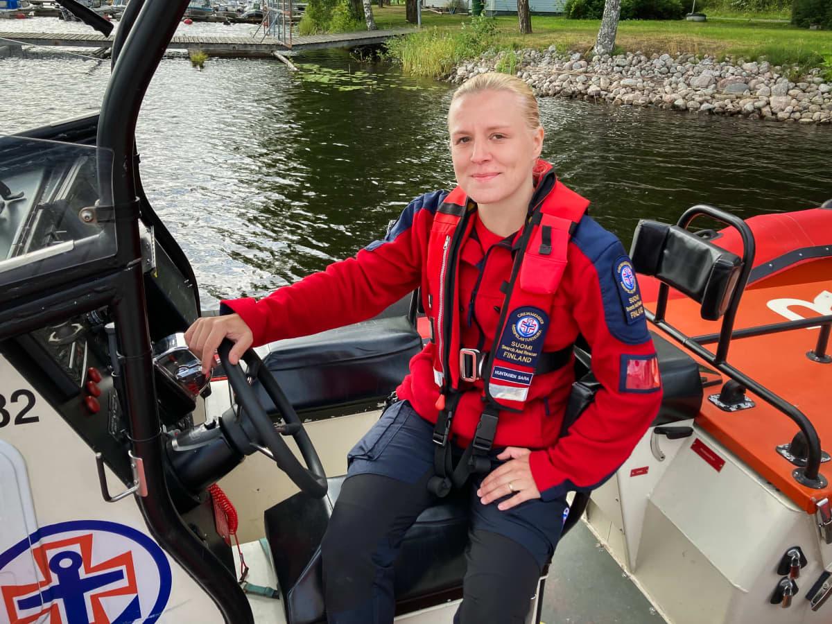 Ala-Keiteleen Järvipelastajien viestintä- ja valmiusvastaava Sara Huhtanen pitää peräaaltoa pienien vesikulkuneuvojen pahimpana uhkana.
