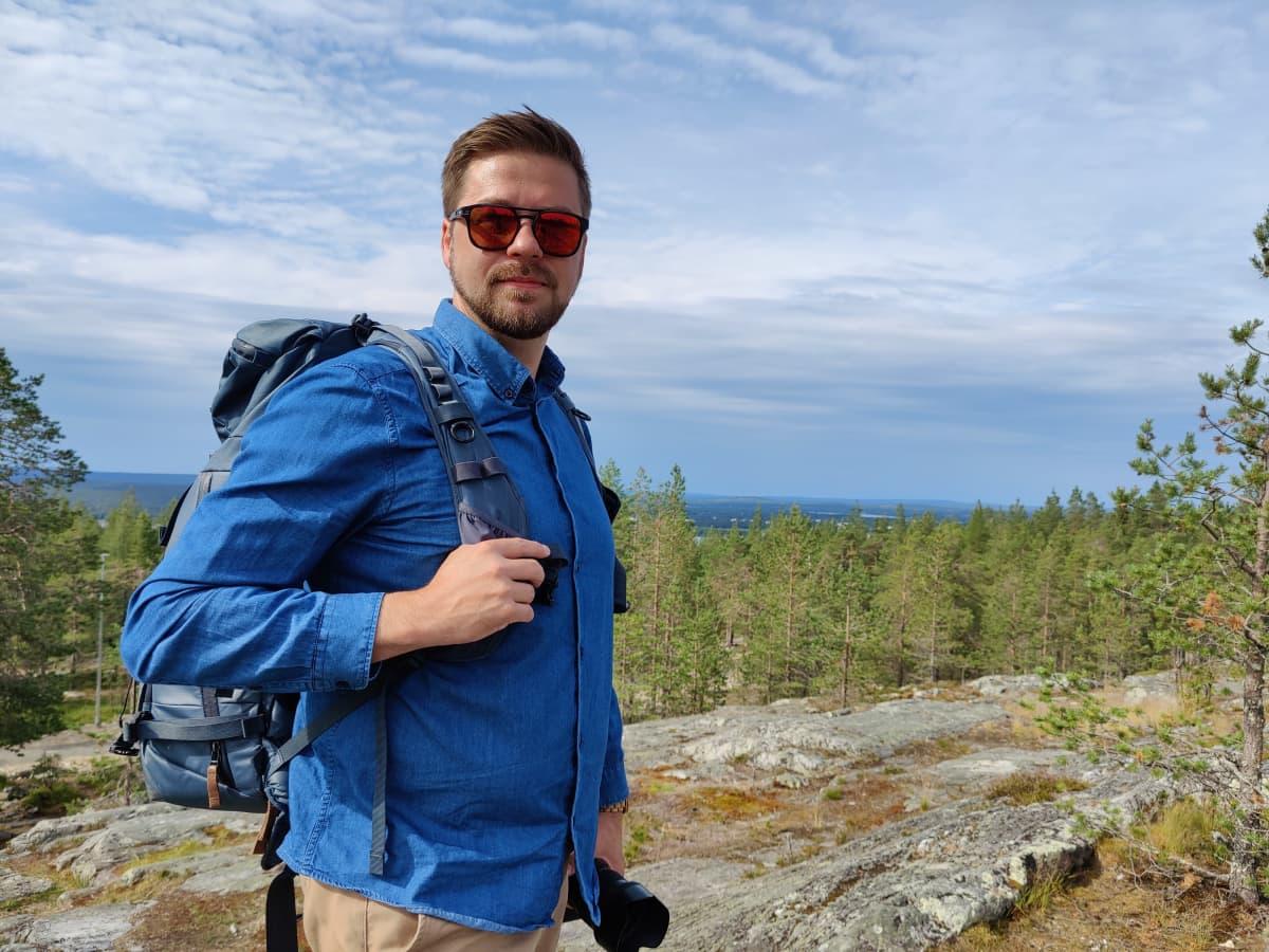 Valokuvaaja Miika Hämäläinen seisoo Ounasvaaralla