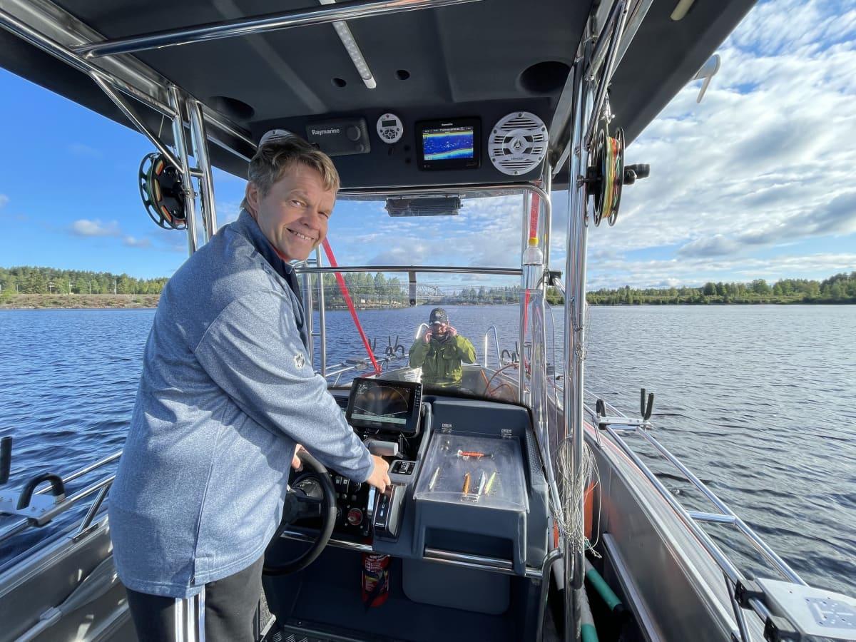 Jussi Väänänen ohjaa venettään Oulunjärvellä Paltamossa.