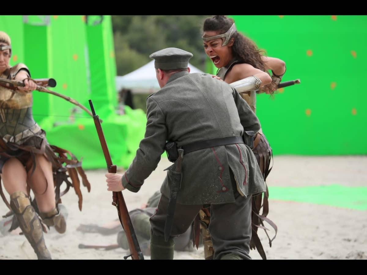 Lauren Okadigbo kuvauksissa tekemässä stunttia.