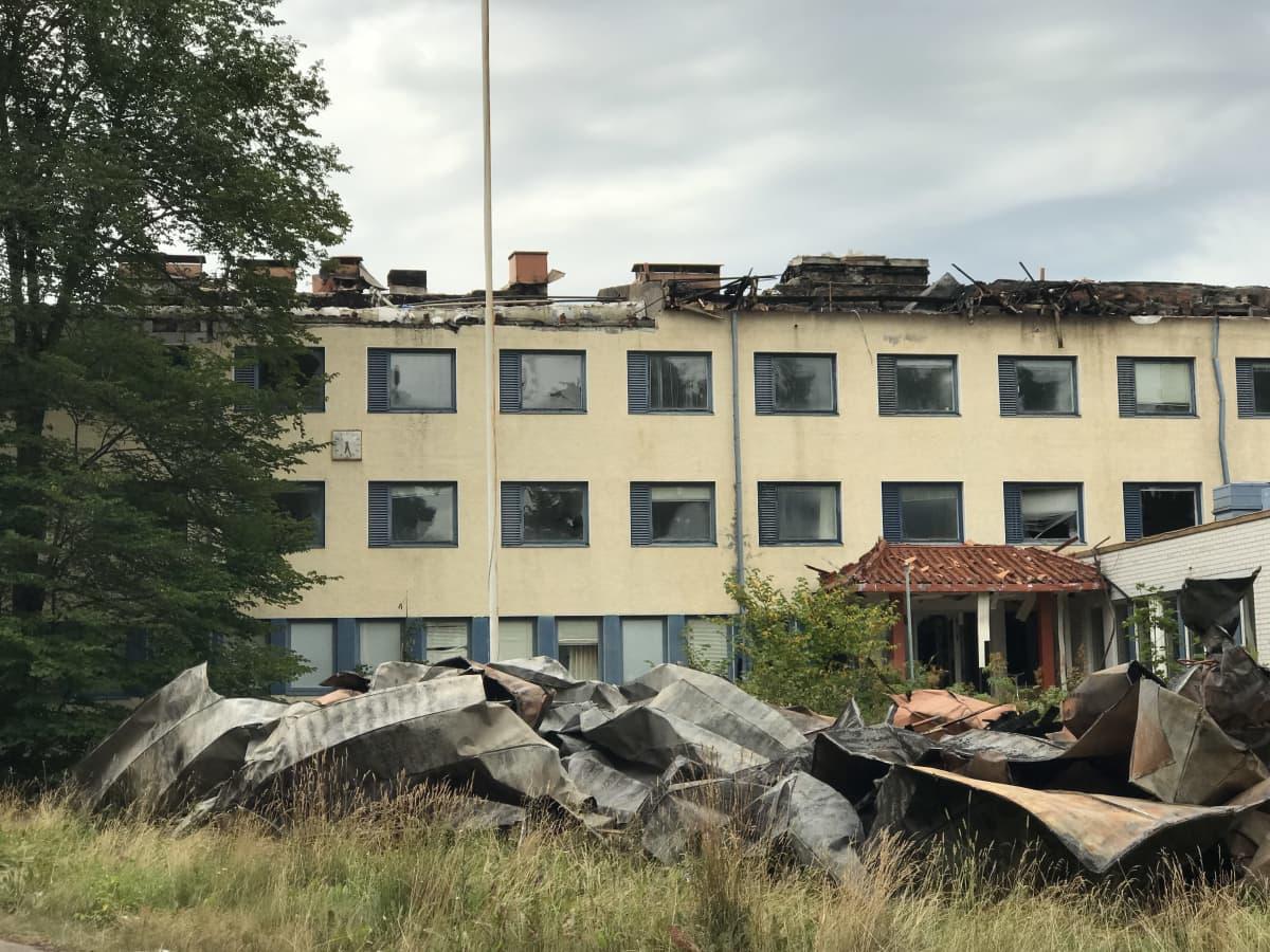 Palanut vanha hylätty rakennus.