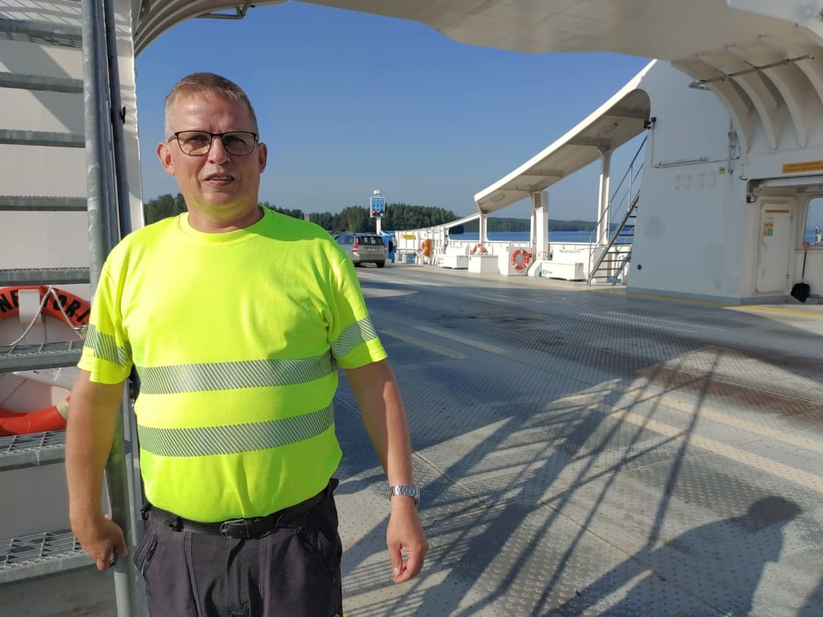 Lossinkuljettaja Pekka Vänskä työpaikallaan Liperin Arvinsalmella heinäkuussa 2021.